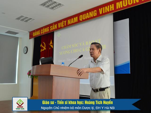 Giáo sư - Tiến sĩ khoa học: Hoàng Tích Huyền tại buổi hội thảo